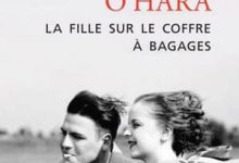 Photo de John O'Hara – La Fille sur le coffre à bagages